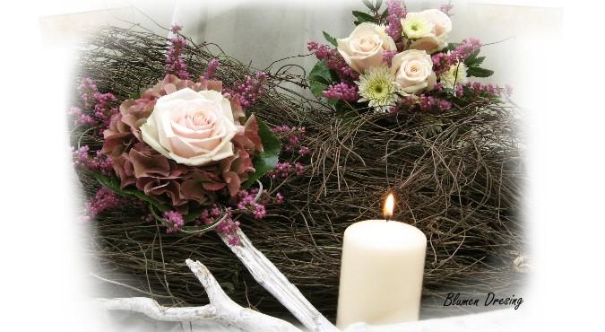 Blumen in der Tischmitte arrangieren